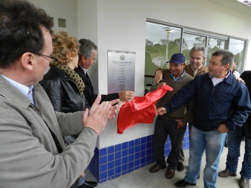 Prefeito e secretário de estado Edson Giriboni no descerramento da placa de inauguração