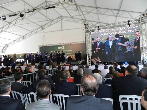 Palco com telão da cerimônia  em  São Bernardo do Campo em que Dilma Roussef anunciou investimentos do PAC e entregou chaves das retroescavadeiras aos prefeitos. Foto Assessoria de Imprensa da Prefeitura de Campina do Monte Alegre.