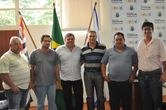 O prefeito Roberto Comeron e o secretário de Agricultura Rafael Campolim juntos de profissionais ligados ao setor leiteiro de Itapeva.