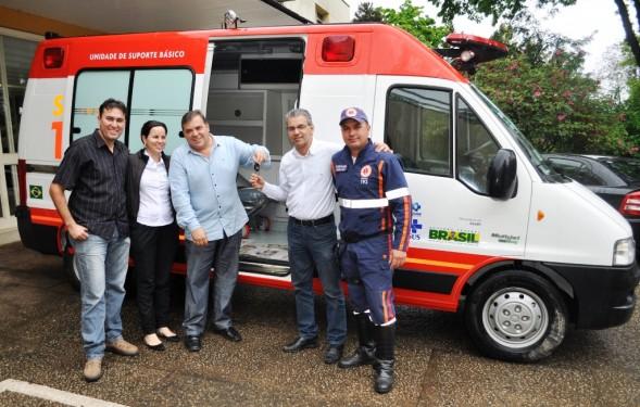 Prefeito Comeron, secretário de Saúde Luiz Tassinari e equipe do SAMU em Itapeva