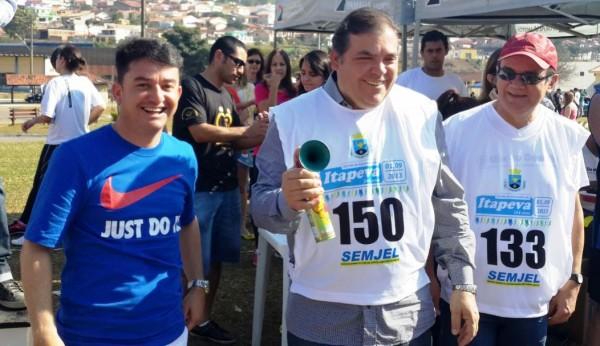 Secretário municipal de Esportes Rogério Papita, Comeron e vice-prefeito Geraldo Gegê na abertura dos eventos.abertura