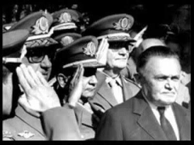 Castelo Branco , o primeiro presidente da ditadura militar (1964/1985) e oficiais da Forças Armadas, uma imagem da  Arena .