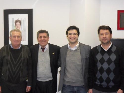 Os vereadores Brás Rochel, Bruno Santi e Jr. Palmeirense com o deputado estadual Hamilton Pereira (PT), o segundo da esquerda para a direita, na Assembléia Legislativa.