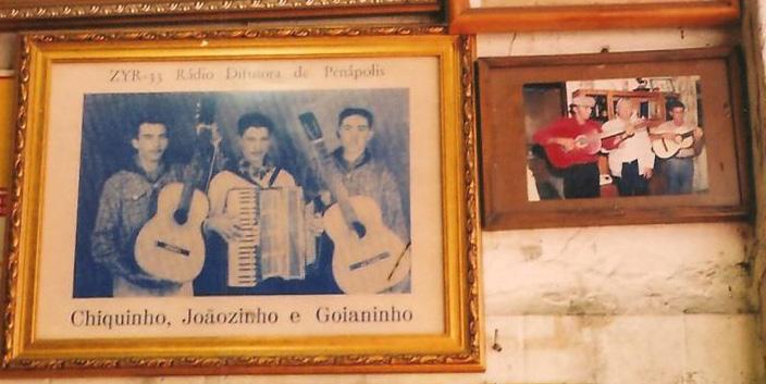 Na foto maior o trio Chiquinho, Joãozinho e Goianinho, na época em que se apresentava na Radio Difusora de Penápolis. Observa-se na parte de cima da foto o prefixo da emissora. Foto Lúcio Lisboa.
