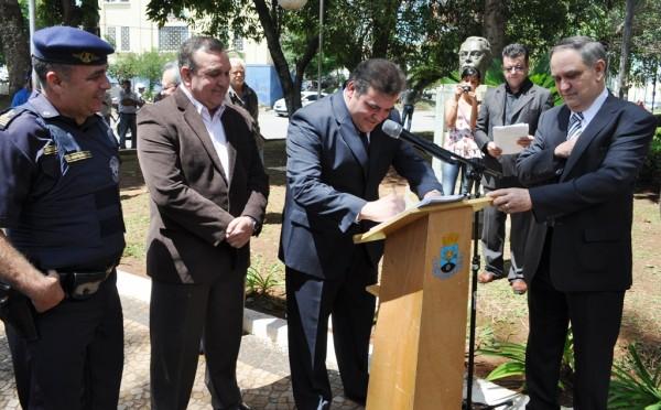 Prefeito Comeron assina mensagem ao Legislativo comunicando a promulgação do Estatuto da Guarda Civil Municipal