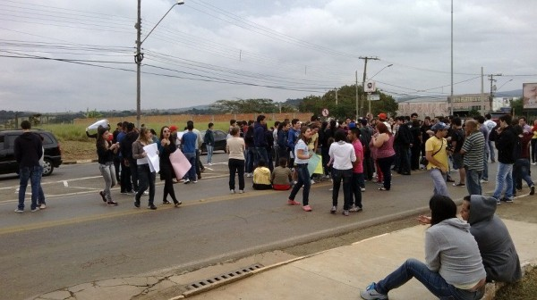 Estudantes na entrada da cidade fechando o trânsito em manifestação contra a prefeitura no mês de junho.