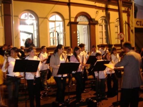 Casa da Cultura em noite de evento numa época de abundante atividade cultural. Banda de música com o maestro Nenê Basile na programação.