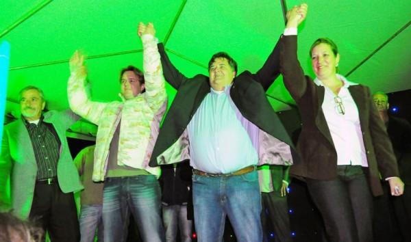 Carlos Eduardo comemorando sua votação logo após as eleições