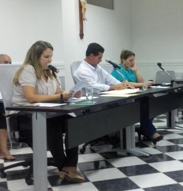 Vereadores favoráveis ai projeto, Maria Tereza; André, presidente da câmara, não precisou votar; Vanuza