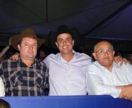 Pozitel, à esquerrda, com o prefeito Calá e o advogado Marco Turelli.