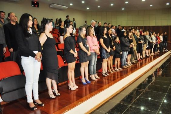 Formandos durante a execução do hino nacional brasileiro.