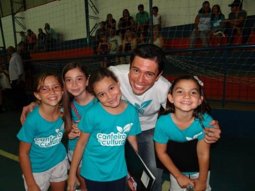 Fábio, com alunas crianças, de um projeto que desenvolveu em Campina do Monte Alegre em 2012.