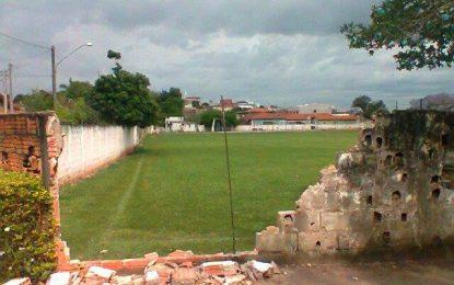 Moradores reclamam: parte do muro do campo do XI caiu e viciados em droga aproveitam