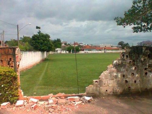 Parte do muro caido no campo do XI