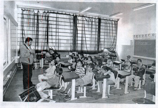 Nenê Basile , com alunos em sala de aula, em São Miguel Arcanjo. Foto Jornal de São Miguel.
