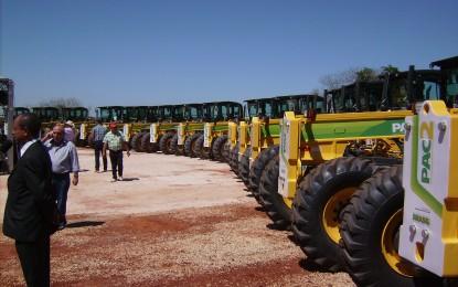 Motoniveladoras foram entregues a 61 municípios nesta segunda em Campina do Monte Alegre pelo PAC 2, do Governo Federal. Angatuba também recebeu