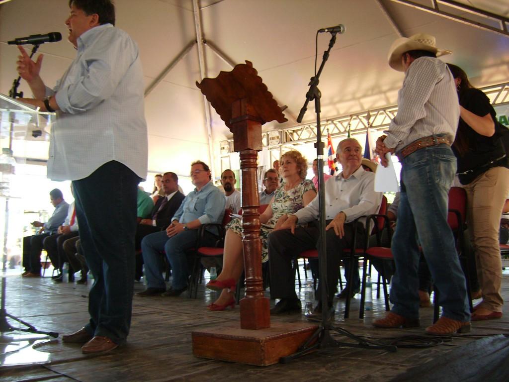 O prefeito de Campína do Monte Alegre discursa. Se vê entre as autoridades dos deputados federais Iara Bernardi (PT) e Nelson Marquezeli (PTB).