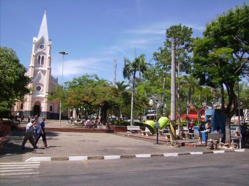 Vista da praça com a igreja matriz ao fundo