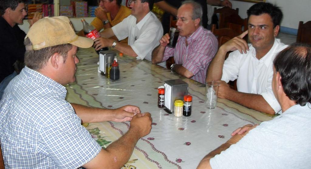 Á esquerda, Luiz Fernando Bertolai, um dos envolvidos no caso dos terrenos, e à sua frente, o prefeito Calá.