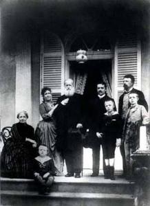 """""""D. Pedro II compareceu com toda a família, mas retirou-se cedo. Diabético ( todas as charges da época o caricaturavam dormindo durante as sessões do Conselho de Ministros) e doente, deve ter considerado mais uma maçada do cargo, termo que usava com frequência para designar as exigências do protocolo."""