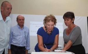 Ministra Marta Suplicy assina a entrega dos prêmios observada pelo vice-prefeito de Itapeva Geraldo Almeida.