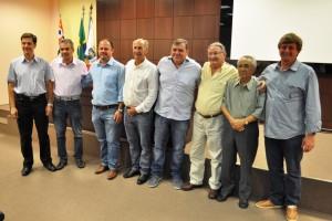 Autoridades municipais e diretores da Santa Casa comemoram a assinatura do contrato.