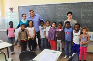 Em sua visita a comunidade quilomobola o prefeito conversou com professores e almoçou com os alunos da EM Juarez Costa.