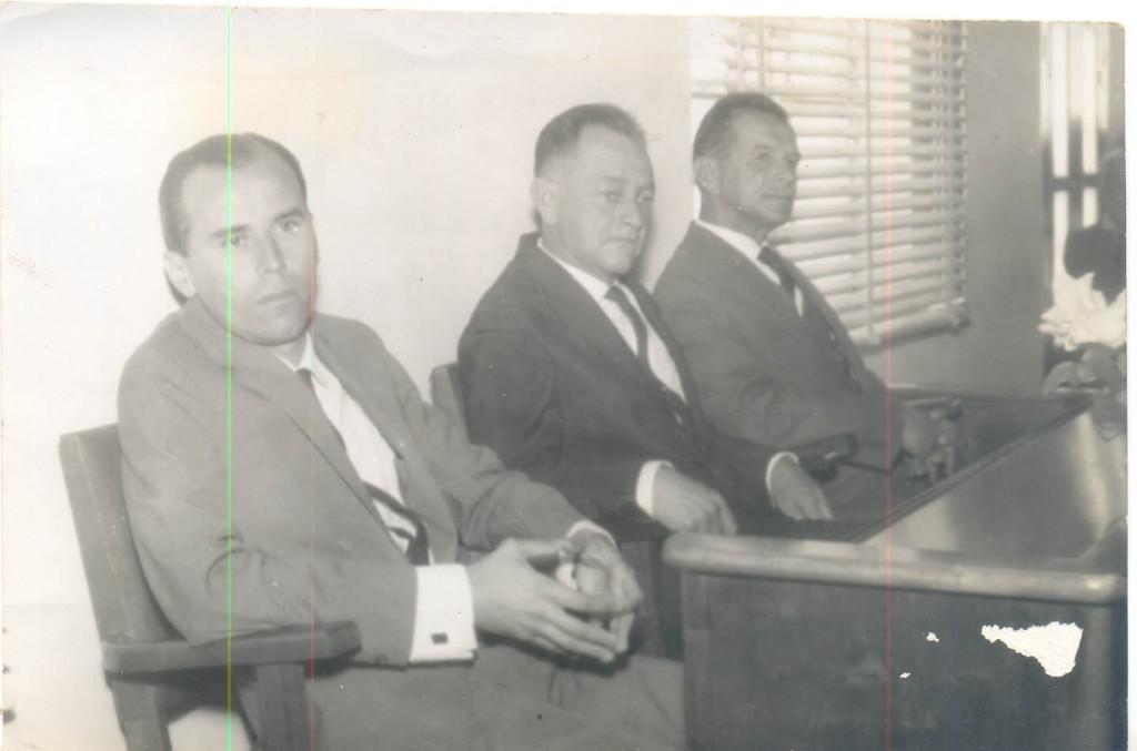 Na instalação da comarca, da esquerda para a direita, o primeiro juiz de direito Egas Dirson Galbiati; o prefeito Clóvis Vieira de Moraes e o presidente da Câmara Vicente Orsi Neto.