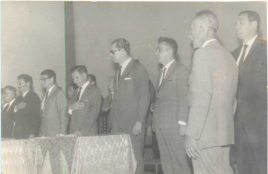 """Identificados da esquerda para à direita, Joaquim Aleixo Machado, deputado Ciro Albuquerque, deputado Araripe Serpa, Vicente Orsi Neto, e segundo da direita para esquerda, o """"senhor Guilherme"""", como identificado no verso da foto."""