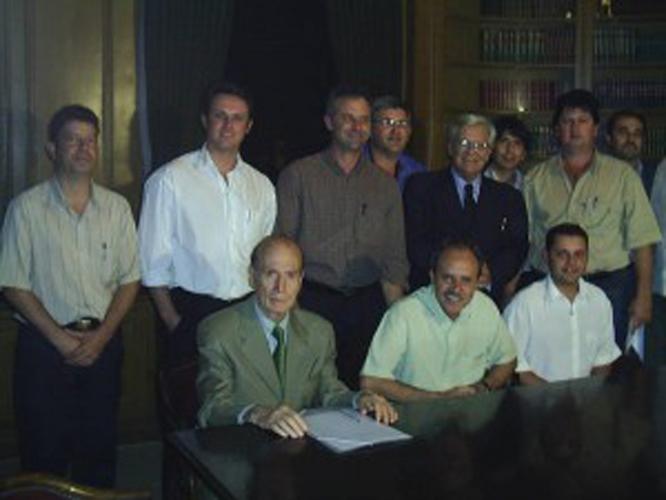 Em São Paulo, no ano de 2007, angatubenses com Bautista Vidal (de pé no centro , de terno) e seu assessor, à esquerda, sentado.