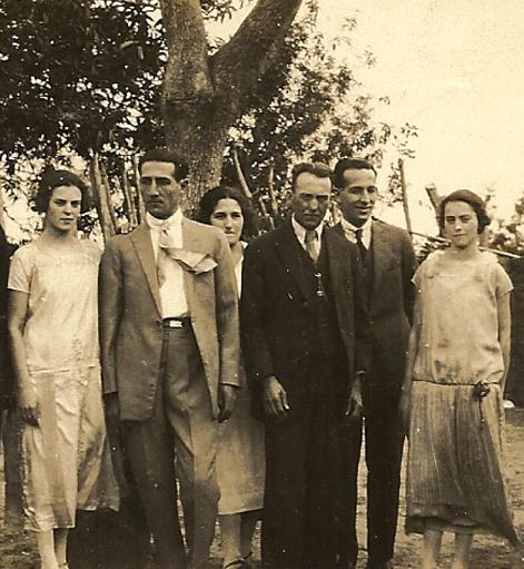 Da esquerda para à direita: Euclydia Leite de Souza, Rafael Basile, moça não identificada, Gabriel de Souza Leite, João Basile Sobrinho e Julia Leite de Souza