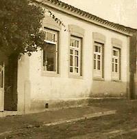 (A professora Júlia Leite de Souza na janela de sua residência – atual Rua Públio de Almeida Mello, n.º 595, Centro, Angatuba)