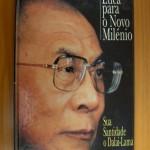 """""""Sua Santidade o Dalai Lama-Uma Ética para o novo milênio""""- Dalai Lama. Quanto mais coisas vejo no mundo, mais claro fica para mim que, sejamos ricos ou pobres, instruídos ou não, todos desejamos ser felizes e evitar os sofrimentos. Constato que, de modo geral, as pessoas cuja conduta é eticamente positiva são mais felizes e satisfeitas do que aquelas que se descuidam da ética. Tentarei mostrar neste livro o que quero dizer com a expressão 'conduta ética positiva'. Uma revolução se faz necessária, mas não uma revolução política, ou econômica, ou até mesmo tecnológica. O que proponho é uma revolução espiritual. Ao pregar uma revolução espiritual, estaria eu afinal defendendo uma solução religiosa para nossos problemas? Não. Cheguei à conclusão de que não importa muito se uma pessoa tem ou não uma crença religiosa. Muito mais importante é que seja uma boa pessoa. Estas declarações podem parecer estranhas, vindas de um personagem religioso. Porém, sou tibetano antes de ser Dalai-Lama, e sou humano antes de ser tibetano. Portanto, como ser humano tenho uma responsabilidade muito maior - uma responsabilidade que na verdade todos nós temos'. - Sua Santidade, o Dalai-Lama"""