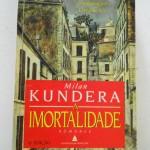 """""""A Imortalidade"""" (1990)- Milan Kundera. É o sexto romance do autor e o seu primeiro em que a ação se situa em França. O texto original foi utilizado primeiramente para a tradução em francês. Todas as traduções, em especial para francês (pela tradutora Eva Bloch), inglês, italiano, espanhol e alemão, efectuadas foram alvo da supervisão cuidada de Kundera por forma a que o texto original fosse mantido na íntegra. As personagens principais são as irmãs Agnès e Laura, e Paul, marido de Agnès que casará com Laura após a morte daquela. Antes do acidente que a vitimará, Agnès vai, pouco a pouco, afastando-se do mundo como se quisesse ceder o seu lugar a outra pessoa. Após a sua morte, a será a irmã a ficar no seu lugar. Kundera pretende mostrar a diferença entre o """"eu"""" e a imagem do """"eu"""", que compõem o indivíduo. Se o """"eu"""" é mortal, a imagem poderá ambicionar à imortalidade. Kundera dá exemplos, da cultura europeia, desta busca pela imortalidade, como Goethe ou Beethoven. Milan Kundera (1 de abril de 1929/ Brno, Tchecoslováquia/Checoslováquia),inicialmente escreveu poemas, tendo escrito ao menos três livros de poesia no transcurso de sua carreira, os quais possuiam orientação socialista, influenciados por Konstantin Biebl. Porém, já em seu primeiro romance, """"A Brincadeira"""", Kundera faz uma sátira da natureza do totalitarismo do período comunista. Por força de suas críticas aos soviéticos, Kundera foi adicionado à lista negra do partido e suas obras foram proibidas imediatamente após a invasão soviética."""