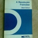 """""""A Revolução Francesa"""" (1975)- Albert Soboul. A revolução Francesa abordada por Soboul parte de premissas metodológicas oriundas do Marxismo Clássico segundo a qual é a partir da emergência da classe burguesa, aproveitando-se da falência do Antigo Regime, e dos movimentos de luta populares, que assume o poder e torna o Capitalismo hegemônico nas formações econômico sociais, submetendo a seus interesses toda a produção material. É o processo de transformação capitalista da sociedade e sua subordinação às exigências do capital. Este processo engendra, também, a construção de um Estado, de instituições políticas, adequados aos interesses da burguesia. Ele ocorre em dois momentos distintos. No primeiro, de longa duração, com mudanças sociais e econômicas; em outro momento, na curta duração, a partir de mudanças políticas e institucionais, em que participam movimentos paralelos e antagônicos: um da burguesia, e outro, mais radical, dos pobres e explorados da cidade e do campo. Albert Soboul (1914 / 1982), historiador dos revolucionários franceses e Napoleão . Professor da Sorbonne."""