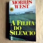 """""""A Filha do Silêncio"""" (1961 )- Morris West. Um crime aparentemente frio e incompreensível é cometido em plena luz do sol em uma aldeia na Toscana, na Itália. A assassina vai a julgamento. É aí que vem á luz uma conspiração de silêncio feita por várias pessoas, todas ligadas a outro crime, cometido 16 anos antes. Morris West não brilha apenas por relatar o trâmites legais de um julgamento extremamente complicado, mas também por entremear com maestria os dramas pessoais do advogado de defesa e dos membros de sua família."""