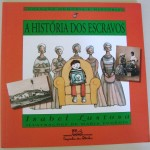 """""""A História dos Escravos"""" (1998)- Isabel Lustosa. A história dos escravos integra a coleção Memória e História, voltada basicamente para o passado brasileiro e para as diferenças e semelhanças entre os inúmeros grupos que constituem a população do Brasil. Mantendo a fidelidade aos fatos históricos, nesta narrativa infanto-juvenil a historiadora Isabel Lustosa conta às crianças como era o Brasil dos escravos. O texto se organiza em torno da curiosidade de Chico, um menino da cidade que vai passar uns dias na fazenda do avô e acaba aprendendo o que representou a escravidão na formação do Brasil e suas conseqüências na vida atual do país. O texto é apoiado por um rico material iconográfico da época - anúncios de jornal, reprodução de obras de Debret - e pelas ilustrações da artista gráfica Maria Eugenia. Isabel Idelzuite Lustosa da Costa (Sobral/CE, 23 de setembro de 1955),  historiadora, ensaísta e escritora, pesquisadora e historiadora da Fundação Casa de Rui Barbosa.  Conhecida por seus estudos sobre a história da imprensa no Brasil, Isabel Lustosa é doutora em Ciência Política pelo Iuperj. Trabalhou no Museu da República e no IPHAN."""