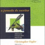 """""""A Jornada do Escritor"""" (2006 )- Christopher Vogler. O livro busca enumerar ao leitor todas as etapas de construção de personagens e situações necessários para se escrever uma boa história. Para isso, o autor usa estruturas míticas bastante conhecidas como base para o seu roteiro de escrita. O livro é dividido em três seções. A primeira descreve cada uma das personagens que são essenciais para qualquer tipo de história. A segunda propõe estágios ou situações primárias para que a narrativa tenha boa fluência até o final. Por fim, o epílogo faz um resumo da viagem e os apêndices usam 'A jornada do escritor' para analisar roteiros de filmes de sucesso como 'Titanic', 'Guerra nas estrelas' e 'Pulp Fiction - Tempo de violência'. Christopher Vogler propõe ao leitor que crie novos caminhos para a sua própria jornada de escritor. Com este objetivo, ao fim de cada capítulo há uma seção com perguntas para o pleno entendimento e aplicação dos conceitos utilizados por Vogler, a fim de que o escritor seja bem-sucedido em sua viagem que é escrever."""