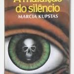 """""""A Maldição do Silêncio"""" (1989)-  Márcia Kupstas. Obra infanto-juvenil. O livro conta a história de dois meninos de mundos diferentes, um deles (João) é portador de leucemia. No livro, a morte que, como uma sombra, paira sobre os personagens da obra se debruçando sobre a mente até então inocente de Ricardo através das palavras de pessimismo e da visão crua do mundo mostrada por João, um garoto que, ao ver que não passaria da infância, torna-se prematuramente um """"velho"""". Chegando um dia em que João morre e a amizade que existia entre ele e Ricardo """"acaba"""" fisicamente,mas ele ´´renasce´´ no corpo de Branco,portador de outra doença,de pele, entretanto, não se esquecem um do outro. Marcia Kupstas (São Paulo, 13 de setembro de 1957),  professora e escritora brasileira, descendente de ucranianos, russos e lituanos. Formou-se em Língua Portuguesa e Literatura pela Faculdade de Filosofia, Ciências e Letras da Universidade de São Paulo em 1982. Em 1977 iniciou a carreira de professora de literatura em vários colégios de São Paulo. Desde adolescente escreve textos de ficção, publicando-os em suplementos literários e revistas destinadas ao público juvenil e adulto. Colaborou com revistas alternativas e para o jornal Leia. Manteve por dois anos (1987 e 1988) a seção Histórias da Turma na revista Capricho."""