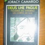 """""""Deus lhe pague"""" (1932 )- Joracy Camargo.  Em """"Deus lhe pague"""", o autor escreve sobre personagens em busca de si próprias, cada qual com os seus sonhos e esperanças, os seus pesadelos e desilusões, carregando promessas por cumprir, em busca de uma felicidade eternamente adiada. Ou recorrendo às palavras do mendigo de Camargo: «por isso eu abandono a vida, essa vida complicada pelos outros. Vivo à margem, sou um espectador do sofrimento humano. Não sou conviva desse grande banquete, contento-me com os restos que vão caindo da mesa». Joracy Schafflor Camargo (Rio de Janeiro, 18 de outubro de 1898 — Rio de Janeiro, 11 de março de 1973) , jornalista, cronista, professor e dramaturgo.  """"Deus lhe Pague""""  foi representada pela primeira vez no Teatro Boa Vista, em São Paulo pela Companhia Procópio Ferreira. Em 15 de junho de 1933 era representada no Teatro Cassino Beira-Mar, no Rio de Janeiro. O sucesso foi instantâneo, todas as companhias brasileiras passaram a ter Deus lhe pague em seus repertórios. Vertida para o castelhano, por José Siciliano e Roberto Talice, foi representada em Buenos Aires, simultaneamente, em quatro teatros."""