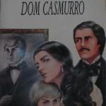 """""""Dom Casmurro"""" (1899)- Machado de Assis. O livro completa a """"trilogia realista"""" de Machado de Assis, ao lado de """"Memórias Póstumas de Brás Cubas"""" e """"Quincas Borba"""", tendo sido esses dois escritos primeiramente em folhetins. Seu personagem principal é Bento Santiago, o narrador da história que, contada em primeira pessoa, pretende """"atar as duas pontas da vida"""", ou seja, unir relatos desde sua mocidade até os dias em que está escrevendo o livro. Entre esses dois momentos Bento escreve sobre suas reminiscências da juventude, sua vida no seminário, seu caso com Capitu e o ciúme que advém desse relacionamento, que se torna o enredo central da trama. Joaquim Maria Machado de Assis (Rio de Janeiro, 21 de junho de 1839 / Rio de Janeiro, 29 de setembro de 1908), escritor  amplamente considerado como o maior nome da literatura nacional. Escreveu em praticamente todos os gêneros literários, sendo poeta, romancista, cronista, dramaturgo, contista, folhetinista, jornalista, e crítico literário. Testemunhou a mudança política no país quando a República substituiu o Império e foi um grande comentador e relator dos eventos político-sociais de sua época. Nascido no Morro do Livramento, Rio de Janeiro, de uma família pobre, mal estudou em escolas públicas e nunca frequentou universidade."""