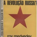 """""""Era inevitável a Revolução de Outubro ?"""" (1978)- Roy Medvedev.  Boa e velha pergunta, o título do  famoso ensaio de Medvedev.  O ensaio em questão, na realidade, baseia-se mais na """"guerra civil"""" subseqüente a 25 de outubro (7 de novembro no nosso calendário) do que na pergunta supramencionada. Mas, apesar disso, esta era recolocada com vigor. Tese revisionista de Medvedev: """"Os eventos oscilaram até o final"""". E, sobretudo, não era de modo algum necessário o epílogo catastrófico da """"guerra civil"""", que, por sua vez, marcou indelevelmente a identidade e a estrutura do Estado bolchevique em sentido totalitário, malgrado as correções trazidas por Lenin em 1921 com a Nova Política Econômica. Em síntese — diz o historiador —, uma outra revolução era possível, e aquele tipo de Revolução não necessariamente """"devia"""" ser o que depois viria a ser."""