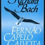 """""""Fernão Capelo Gaivota"""" (1970)- Richard Bach. Uma gaivota de nome Fernão decide que voar não deve ser apenas uma forma para a ave se movimentar. A história desenrola-se sobre o fascínio de Fernão pelas acrobacias que pode modificar e em como isso transtorna o grupo de gaivotas do seu clã. É uma história sobre liberdade, aprendizagem e amor. Richard Bach (Oak Park, Illinois, 23 de junho de 1936), escritor cuja  principal ocupação ser piloto da reserva da Força Aérea e praticamente todos os seus livros envolvem o voo de certa maneira, desde suas primeiras histórias sobre voar em aeronaves até suas últimas onde o voo é uma complexa metáfora filosófica. Bach alcançou enorme sucesso com Fernão Capelo Gaivota, sucesso este não igualado por seus livros posteriores; entretanto, seu trabalho continua popular entre os leitores."""