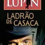 """""""Arsène Lupin, ladrão de casaca"""" (1907)- Maurice Leblanc. """"Arsène Lupin, Ladrão de Casaca é uma coletânea de nove histórias do escritor francês Maurice Leblanc que constituem as primeiras aventuras de Arsène Lupin. Surgiu em 1907 com o título """"Arsène Lupin, ladrão-cavalheiro"""" — por encomenda para a revista francesa Je sais tout: Pierre Lafitte, o editor da revista, encomendou a Maurice Leblanc uma novela policial, cujo herói fosse para a França o que eram para a Inglaterra Sherlock Holmes (de Sir Arthur Conan Doyle) e A. J. Raffles ao mesmo tempo.A coletânea agrupa as seguintes histórias: """"A prisão de Arsène Lupin"""", """"Arsène Lupin na prisão"""", """"A evasão de Arsène Lupin"""", """"O viajante misterioso"""",  """"O colar da rainha"""", """"O cofre-forte da Sra. Imbert"""", """"Herlock Sholmes chega tarde"""", """"A pérola negra"""", """"O sete de copas"""", """"E eis como conheci Arsène Lupin"""". Maurice Leblanc (Rouen, 11 de novembro de 1864 / Perpignan, 6 de novembro de 1941), escritor francês, filho de um constructor naval. Estudou Direito e trabalhou certo tempo na empresa familiar. Mais tarde se fez conhecer em Paris com novelas analíticas, que conquistaram a estima e a proteção de Guy de Maupassant."""