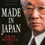 """""""Made in Japan!""""  (1986)- Akio Morita. Um dos criadores da Sony, responsável pelo lançamento mundial de produtos de alta tecnologia, Morita revolucionou o marketing e se tornou um símbolo do Japão moderno. Sua autobiografia tornou-se um clássico da literatura mundial de 'business'. Akio Morita (Nagoya, 26 de janeiro de 1921 - Tóquio, 3 de outubro de 1999), inventor, empresário japonês, co-fundador da Sony Corporation. Sua família era uma das mais antigas e aristocráticas fabricantes de saquê. A família Morita, da aldeia de Kosugaya, perto da cidade industrial de Nagoya, fabricava, há 400 anos, saquê sob a marca """"Nenohimatsu"""". Akio, por ser o primogênito, tinha a incumbência de substituir o pai, Kyuzaemon, nos negócios da família. Quando estudante, Akio acompanhava o pai nas reuniões da companhia. A família Morita, na época, já se interessava pela cultura ocidental, por exemplo, tinham carros e fonógrafo elétrico."""