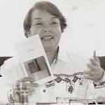 """""""Mudança de Lua"""" (   )- Eunice Arruda (na foto) . Livro de poesia. A autora, nascida em 1939) em Santa Rita do Passa Quatro (SP) é pós-graduada em Comunicação e Semiótica pela PUC-SP, foi premiada no Concurso de Poesia Pablo Neruda, organizado pela Casa Latinoamericana, Buenos Aires, Argentina, 1974. Presente em antologias, tem poemas publicados no Uruguai, Colômbia, França e Estados Unidos. Fez parte da diretoria da União Brasileira de Escritores e do Clube de Poesia de São Paulo."""