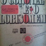 """""""O Coronel e o Lobisomem"""" (1964)- José Cândido de Carvalho.  """"O Coronel e o Lobisomem"""" é segundo livro do escritor José Cândido de Carvalho. Trata-se da história do coronel Ponciano de Azeredo Furtado, membro da Guarda Nacional, de menino a herdeiro, de Mata-Cavalo (alusão à casa de Dom Casmurro) e Sobradinho, entre outras propriedades, a especulador de açúcar e cavaleiro quixotesco. Do inicio ao fim do romance o leitor é levado ao espírito do Cel. Ponciano, sentindo suas emoções e paixões, ao qual este dá um tom narrativo na primeira pessoa, interagindo com seu grande rival Nogueira, e seu eterno amor Esmeraldina. José Cândido de Carvalho (Campos dos Goytacazes, 5 de agosto de 1914 — Niterói, 1 de agosto de 1989) , advogado, jornalista e escritor, mais conhecido como justamente o autor da obra """"O coronel e o lobisomem""""."""