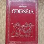 """""""Odisséia"""" (   )- Homero. """"Odisseia"""" é um dos dois principais poemas épicos da Grécia Antiga, atribuídos a Homero. É, em parte, uma sequência da """"Ilíada"""", outra obra creditada ao autor, e é um poema fundamental no cânone ocidental. Historicamente, é a segunda - a primeira sendo a própria Ilíada - obra da literatura ocidental. A """"Odisseia"""", assim como a """"Ilíada"""", é um poema elaborado ao longo de séculos de tradução oral, tendo tido sua forma fixada por escrito, provavelmente no fim do século 8 a.C.2 . A linguagem homérica combina dialetos diferentes, inclusive com reminiscências antigas do idioma grego, resultando, por isso, numa língua artificial, porém compreendida. Composto em hexâmetro dactílico era cantado pelo aedo (cantor), que também tocava, acompanhando, a cítara ou fórminx, como consta na própria Odisseia (canto VIII, versos 43-92) e também na Ilíada (canto IX, versos 187-190). O poema relata o regresso do protagonista Odisseu - do qual deriva o título da obra - (ou Ulisses, como era conhecido na mitologia romana), um herói da Guerra de Troia. Como se diz na proposição, é a história do """"herói de mil estratagemas que tanto vagueou, depois de ter destruído a cidadela sagrada de Troia, que viu cidades e conheceu costumes de muitos homens e que no mar padeceu mil tormentos, quanto lutava pela vida e pelo regresso dos seus companheiros"""". Odisseu leva dez anos para chegar à sua terra natal, Ítaca, depois da Guerra de Troia, que também havia durado dez anos. Homero, poeta épico da Grécia Antiga, ao qual tradicionalmente se atribui a autoria dos poemas épicos Ilíada e Odisseia. Os gregos antigos geralmente acreditavam que Homero era um indivíduo histórico, mas estudiosos modernos são céticos: nenhuma informação biográfica de confiança foi transmitida a partir da antiguidade clássica, e os próprios poemas manifestamente representam o culminar de muitos séculos de história contadas oralmente e um bem desenvolvido sistema já muitas vezes usado de composição poética. D"""