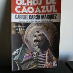 """""""Olhos de Cão Azul"""" (1974)- Gabriel Garcia Márquz.  É livro  que reúne onze contos escritos pelo autor entre 1947 e 1955. É uma introdução à obra particularíssima do autor de clássicos da literatura como """"Cem Anos de Solidão"""" e """"O Amor nos Tempos do Cólera"""". Nesta obra, apresentam-se as perspectivas, motivos, liberdade e fantasia de um estilo que iria desenvolver em obras que o consagraram como um dos maiores escritores do século.  O tema central desta coletânea é a morte. Apresentando-se de diversas maneiras, ela é uma presença inevitável, resumo de toda uma experiência de vida que define os personagens. Há histórias de mortos adquirindo consciência da morte, naquela faixa intermediária entre o ser vivo - ainda consciente - e o ser morto - que pretende adquirir consciência como o homem que é """"corpo"""" e """"caveira"""" do conto """"A terceira renúncia"""". Há, também, vidas que são como mortes, como nos contos """"A outra costela da morte"""" e """"Eva está dentro de seu gato"""". Essa mesma morte apresenta-se como uma solução para o problema existencial, pois propicia uma plenitude impossível de ser obtida no decorrer da vida, como em """"Nabo, o negro que fez esperar os anjos"""". Em Olhos de Cão Azul, o autor recria a realidade hispano-americana mágica, inserindo nela o homem contemporâneo com sua problemática existencial, seus enigmas e sonhos. Neste universo móvel e descentrado, ele inventa um espaço para o real e resgata o mundo americano do esquecimento, criando uma literatura autônoma e original. Um excelente exemplar do realismo fantástico."""