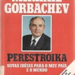 """""""Perestroika (Novas idéias para o meu país e o mundo)""""- Mikhail Gorbachev. Perestroika, o conjunto de reformas que pretendiam modernizar a economia soviética com reflexos mundiais. Neste extraordinário e atualíssimo documento, Mikhail Gorbachev expôs suas diretrizes. Mikhail Gorbachev foi secretário geral do Partido Comunista da União Soviética entre 1985 e 1991 e presidente da União Soviética entre 1988 e 1991. Recebeu o Prêmio Nobel da Paz em 1990. É autor de 'O Golpe de Agosto', 'Tenho Esperança' e 'Perestroika'. Mikhail Sergueievitch Gorbachev ou Gorbatchev (Stavropol, 2 de março de 1931), político e estadista russo, mais conhecido por ter sido o último líder da União Soviética, entre 1985 e 1991. Durante seu governo, as suas tentativas de reforma, tanto no campo político, representadas pelo projeto Glasnost, como no campo econômico, através da Perestróica, conduziram ao término da Guerra Fria e, ainda que não tivessem esse objetivo, deram fim ao poderio do Partido Comunista no país, levando à dissolução da União Soviética. Entre as principais medidas tomadas por Gorbachev, estão a campanha contra o alcoolismo, a retirada das tropas soviéticas do Afeganistão, após quase uma década de guerra, a anulação da condição da União Soviética como Estado socialista e a conivência com as reformas políticas neoliberais nos países do Pacto de Varsóvia, a chamada Doutrina Sinatra, que culminou na queda do muro de Berlim, em 1989."""